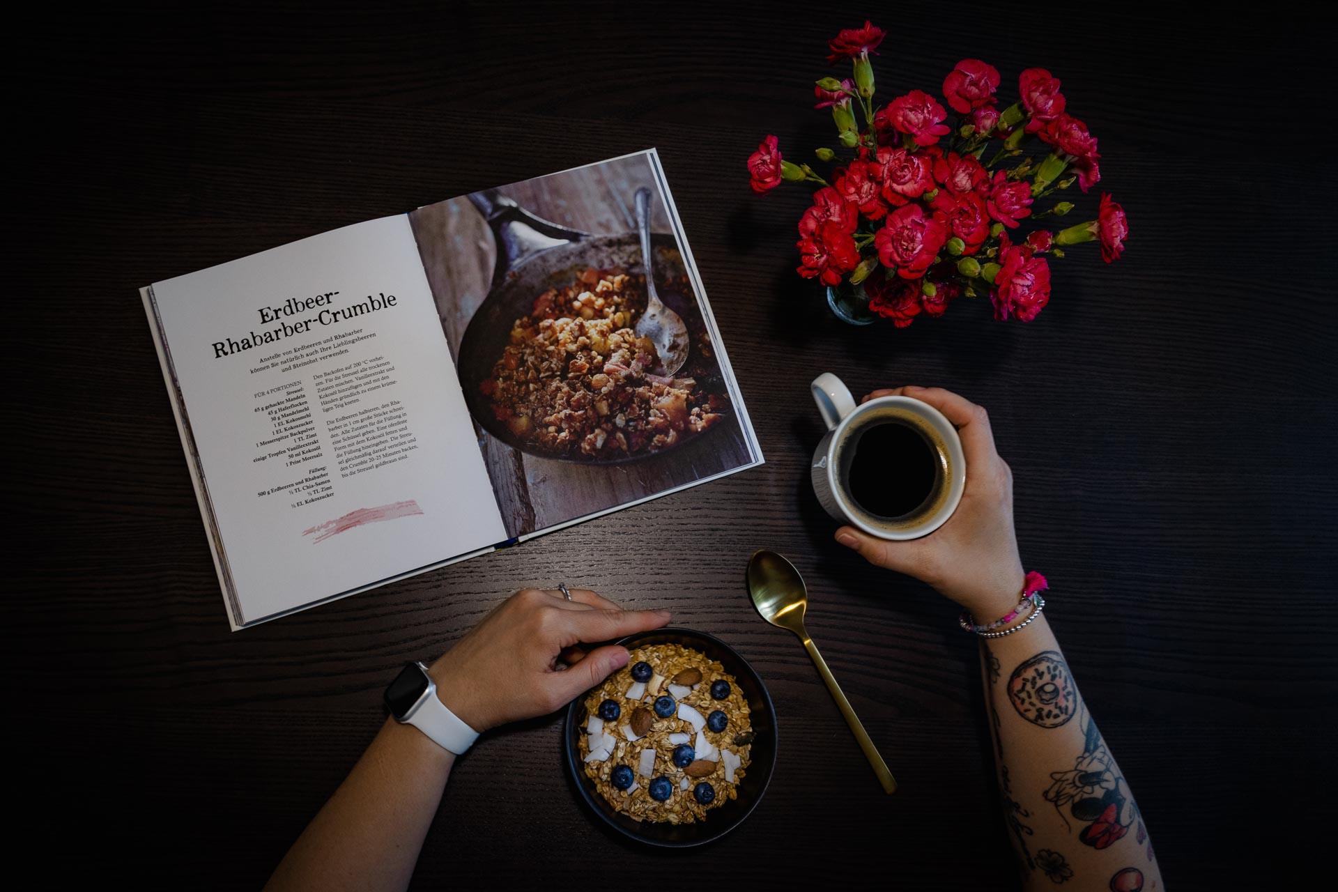 Stefanie am lesen und Kaffee trinken von oben Arm Tattoos