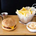 Burger und Fries auf Tablett von vorne