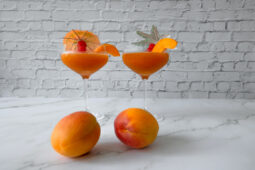 Aprikosen Bellini von der Seite zwei Gläser mit Aprikosen Dekoration