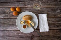 Aprikosen Prosecco Konfituere mit Messer und Serviette von oben