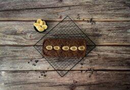veganes Bananenbrot auf Gitter mit Banenen und Schokolade